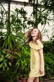 Närbildstående av den unga härliga flickan med sommarklänningen för lockigt hår i tropisk skog Royaltyfria Foton
