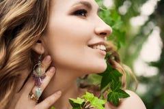 Närbildstående av den unga härliga flickan med sommarklänningen för lockigt hår i tropisk skog Royaltyfria Bilder