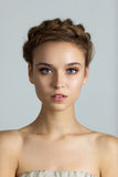 Närbildstående av den unga härliga kvinnan med perfekt sunt Royaltyfria Foton
