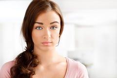 Närbildstående av en attraktiv ung kvinna Royaltyfria Foton