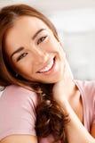 Närbildstående av en attraktiv ung kvinna Arkivfoto