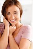 Närbildstående av en attraktiv ung kvinna Arkivbild