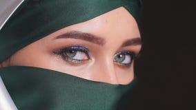 Närbildstående av en attraktiv ung modern muslimsk kvinna i Hijab stock video