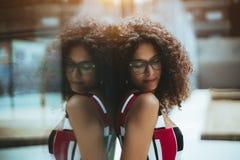 Närbildstående av en flicka i glasögon utomhus royaltyfri foto