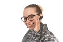 Närbildstående av en flicka på en vit bakgrund med enfri telefonlur arkivbild