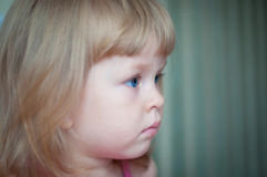 Närbildstående av en gullig liten flicka Arkivbild