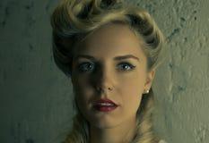 Närbildstående av en härlig blondin med en näscirkel royaltyfri foto