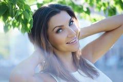 Närbildstående av en härlig kvinna, brunett På en bakgrundssommarnatur Royaltyfri Foto