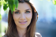 Närbildstående av en härlig kvinna, brunett På en bakgrundssommarnatur Royaltyfria Foton