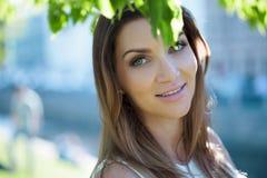 Närbildstående av en härlig kvinna, brunett På en bakgrundssommarnatur Fotografering för Bildbyråer