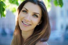 Närbildstående av en härlig kvinna, brunett På en bakgrundssommarnatur Royaltyfria Bilder