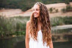 Närbildstående av en härlig le blond flicka med naturlig krullning royaltyfri bild
