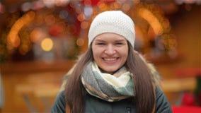 Närbildstående av en härlig le ung kvinna som bär varma kläder Flicka som skrattar och ser kameran stock video