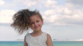 Närbildstående av en härlig liten flicka, gulligt le som ser kameran Begrepp: Barn barndom, sommar lager videofilmer