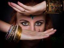 Närbildstående av en iklädd orientalisk stil för härlig flicka, med orientaliska garneringar närbild av ögon och händer Arkivfoton