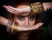 Närbildstående av en iklädd orientalisk stil för härlig flicka, med orientaliska garneringar närbild av ögon och händer Royaltyfri Foto