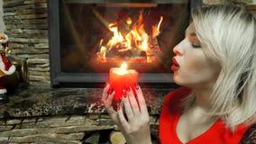 Närbildstående av en kvinna med en röd stearinljus stock video
