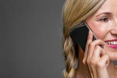 Närbildstående av en kvinna som talar på telefonen royaltyfria foton