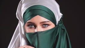 Närbildstående av en muslimkvinna i nationell kläder stock video