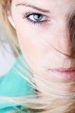Närbildstående av en sexig blond kvinna arkivfoto