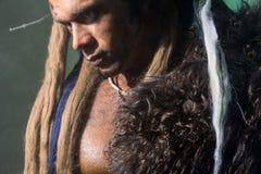 Närbildstående av en stark man med en hud på hans hud Royaltyfri Foto