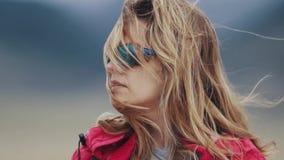 Närbildstående av en turist för ung kvinna i solglasögon Flickahandelsresande arkivfilmer