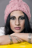 Närbildstående av en ung kvinna som bär den rosa luvan Royaltyfri Bild