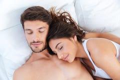 Närbildstående av ett älskvärt par som sover i säng Royaltyfria Bilder