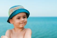 Närbildstående av ett gulligt som ler unga barnet på stranden Folk, lopp, ferier och turismbegrepp Arkivfoto