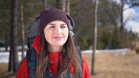 Närbildstående av ett ungt kvinnligt anseende på kanten av klippan Ultrarapid Steadicam skott lager videofilmer