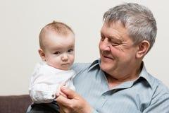 Närbildstående av farfadern och sonsonen Royaltyfri Fotografi