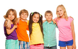 Närbildstående av fem ungar som tillsammans står Fotografering för Bildbyråer