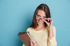 Närbildstående av flickan i exponeringsglas över blå bakgrund Royaltyfri Foto
