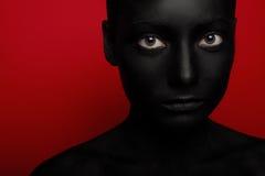Närbildstående av kvinnan i svart målarfärg royaltyfria bilder
