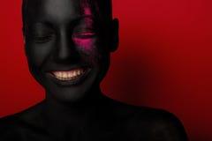 Närbildstående av kvinnan i svart målarfärg royaltyfri bild