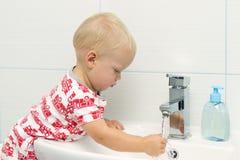 Närbildstående av liten vit Caucasian händer för tvagning för pojkelitet barn åriga, i badrum och att se förvånat upphetsat, lek arkivbild