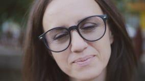 Närbildstående av medelåldersa kvinnor som kammar exponeringsglas och ser kameran lager videofilmer