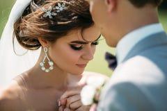 Närbildstående av nygifta personer på bröllopdag Brudkramarna med brudgummen för kyssen Man i affärsdräkt och royaltyfri foto