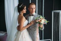 Närbildstående av nygifta personer på bröllopdag Brudkramarna med brudgummen för kyssen Man i affärsdräkt och arkivfoton