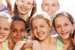 Närbildstående av tonåringmångfald i kram Arkivfoton