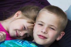 Närbildstående av två lilla förtjusande gulliga blonda barn, bro Arkivfoto