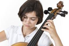 Närbildstående av violoncellspelaren Arkivbilder