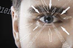 Närbildståenden av affärsmannen med binära siffror och pilen undertecknar flyttning in mot hans öga mot svart bakgrund royaltyfri bild