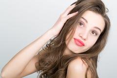 Närbildståenden av en härlig brunettflicka med röda kanter, uttrycker olika sinnesrörelser Royaltyfri Fotografi