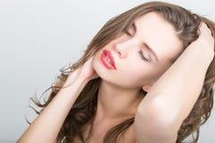 Närbildståenden av en härlig brunettflicka med röda kanter, uttrycker olika sinnesrörelser Royaltyfria Bilder