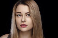Närbildståenden av en härlig flicka med vitt hår och blåa ögon och gör perfekt hud Dagligt smink, studiofoto Isolerat på fotografering för bildbyråer