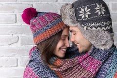 Närbildståenden av förälskade par värme halsduken Arkivfoto