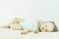 Närbildståenden av härligt sova behandla som ett barn Gullig begynnande unge Fotografering för Bildbyråer