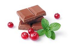 Närbildstycken av mjölkar chokladstången med den nya tranbäret och mintkaramellen arkivbild