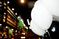 Närbildvitballonger arkivbilder
